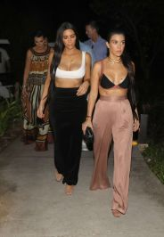 kim-and-kourtney-kardashian-out-for-dinner-in-costa-rica-01-28-2017_4