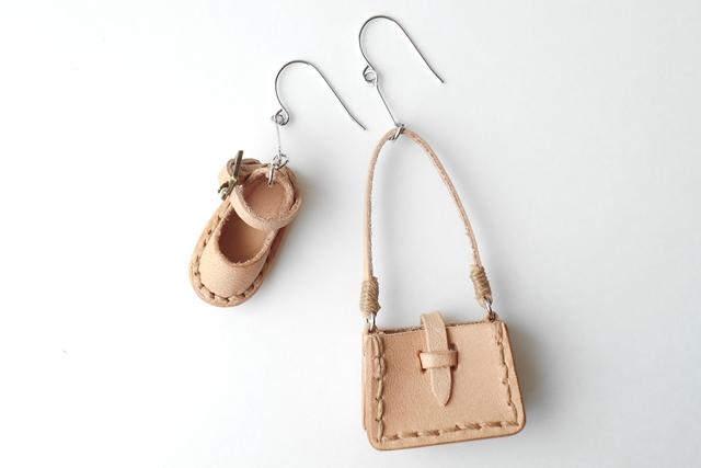 靴が右用、鞄が左用のピアスにアレンジしました