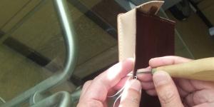 外側の革に開けておいた縫い穴を、接着後に貫通させていく
