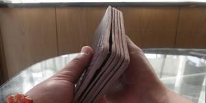 ヤスリ掛けを終えた長財布の側面