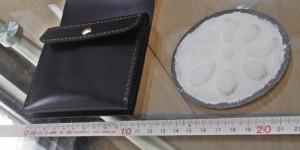 完成した小銭ポケットとパテを塗ったロゴマークの裏側です。