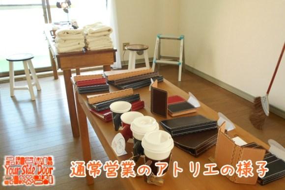 販売中の長机と制作中の長机が並びます
