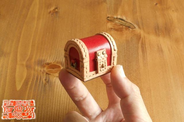 小さなちいさな革の宝箱です