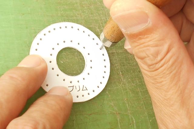 縫い穴は軽く正確に開けておきます