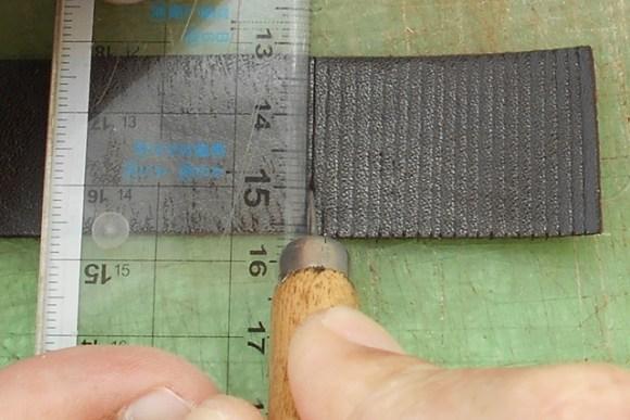 革を濡らすことで簡単に溝を作れます