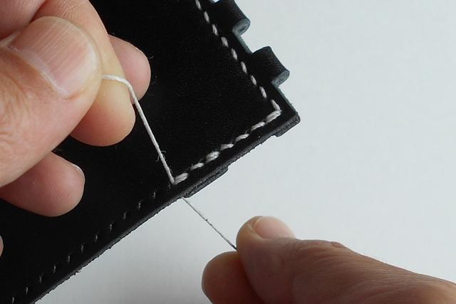 角を曲がった後のステッチに3目、2重に縫ってる箇所があります