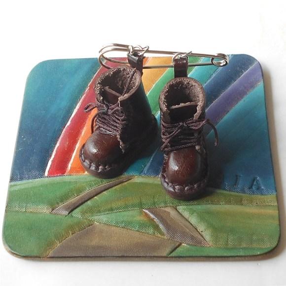 ブラウンの編上げブーツのチャームピン。結さんの作品のコースターにのせて