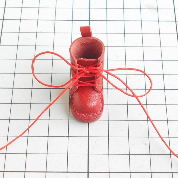 靴ひもは、初手、大きく結びます