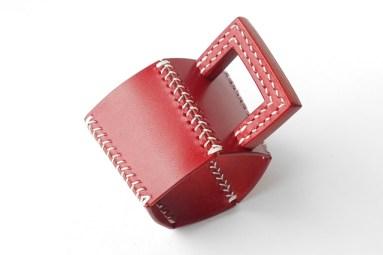 アニリン仕上げ革の艶やかな赤色です