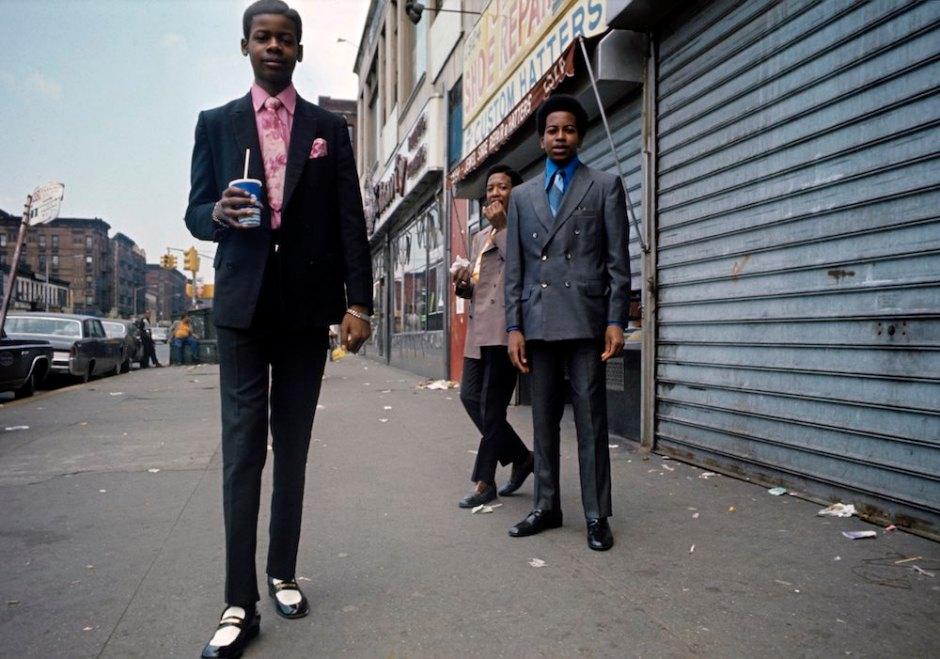 Harlem: The Ghetto. New York City- Harlem- juillet 1970: le ghetto; de jeunes afro-amÈricains trËs ÈlÈgants, en costume et chemise, se tiennent dans une rue, un milk-shake ou un sandwich en main. (Photo by Jack Garofalo/Paris Match via Getty Images)