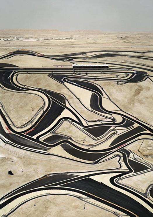 Andreas Gursky - Bahrein I, 2005, Formel I Rennstrecke, handsigniertes Original-Ausstellungsplakat.