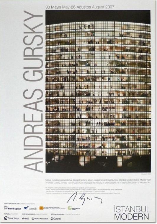Andreas Gursky: 'Mayday V', Original - Ausstellungsposter des Museum Istanbul, 2007. Blattformat: 59 x 42 cm. Von Andreas Gursky handsigniert