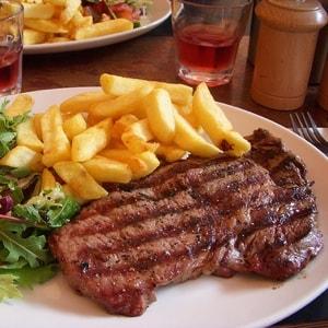 Biefstuk en bier bij het erotisch dineren