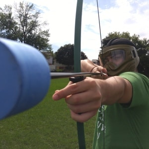 De vrijgezel in actie tijdens archery tag