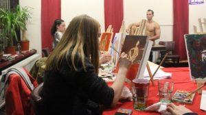 Naaktmodel schilderen voor vrijgezellenfeest