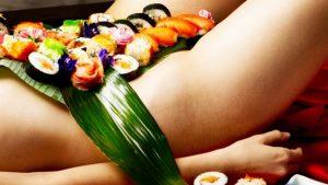 Sushi op een vrouwen lichaam