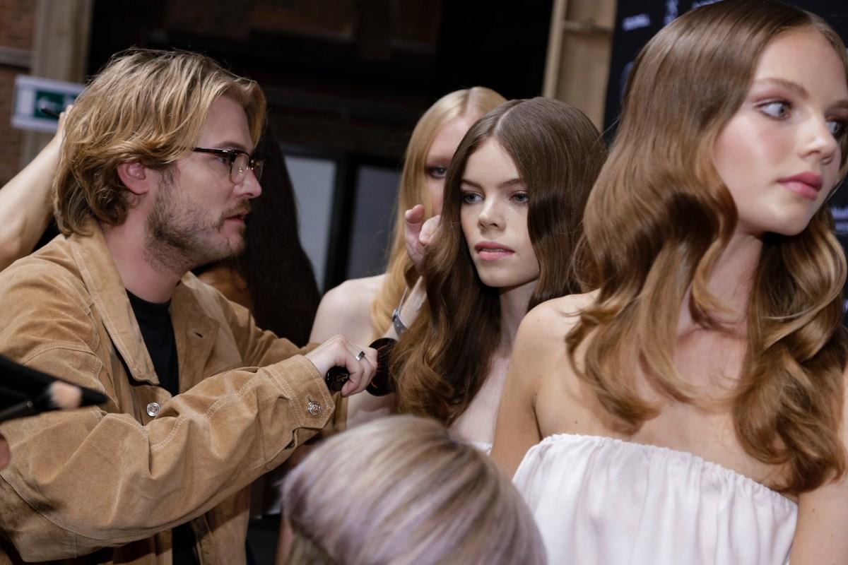Nina haar haren worden gekamd- Backstage bij de Amsterdam Fashion Week 2016.