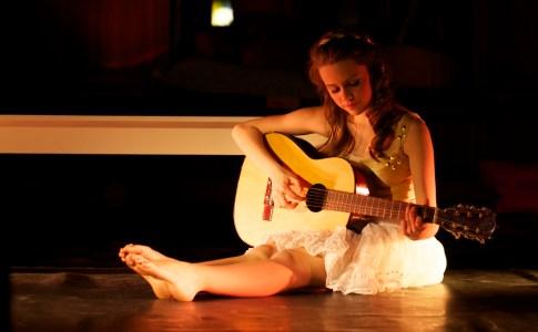 Foto Zoë speelt gitaar