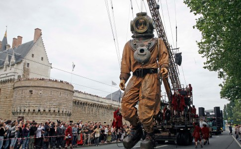 LA GEANTE DU TITANIC ET LE SCAPHANDRIER, Creation ROYAL DE LUXE  le 5,6 et 7 juin 2009  (photo by Pascal Victor/ArtComArt)
