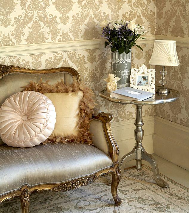 damask-pattern-wallpaper
