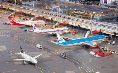 Zwischen der Landung und dem nächsten Start eines Flugzeuges liegen manchmal nur kurze Zeitspannen. Die Verladung des Gepäcks, das Auftannken und das Reinigen des Innenraums müssen dann unter Hochdruck erfolgen.