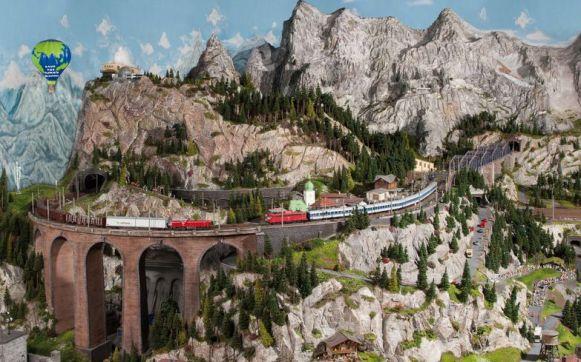 Hoch über dem Juliussee schlängeln sich hier die Züge am Rande der Berge entlang.