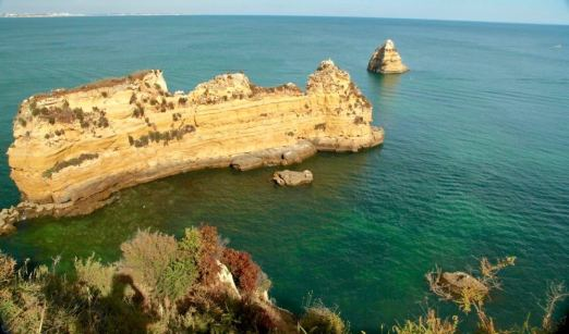 Praia da Dona Ana rocky point