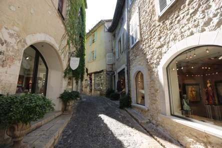 Saint-Paul-Du-Fence street