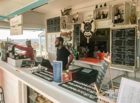 There's a cool little shack to by the beach to get snacks and drinks, run by Comporta Cafe