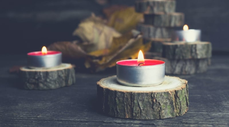 Easy to make Christmas centerpiece idea: candles on log slices