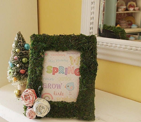 Farmhouse decor ideas: moss covered picture frame for Easter / Spring