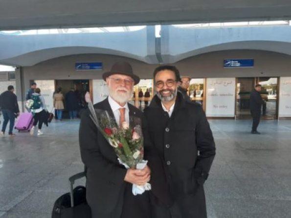 صورة لدير دار الرواية كمال الرياحي مع الكاتب الرجنتيني-الكندي البرت مانغويل امام مطلر تونس قرطاج