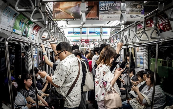 バスや電車が静かすぎて気持ちが悪い(パリピ専用車両の提案)