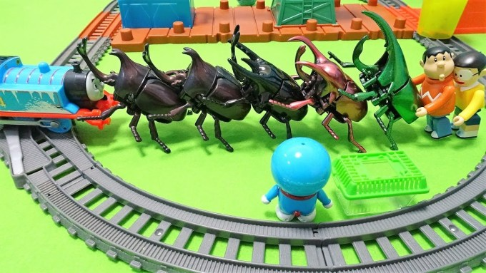 Gian puts a Big beetle on Thomas!Doraemon do my best with insect basket!for kids!yupyon