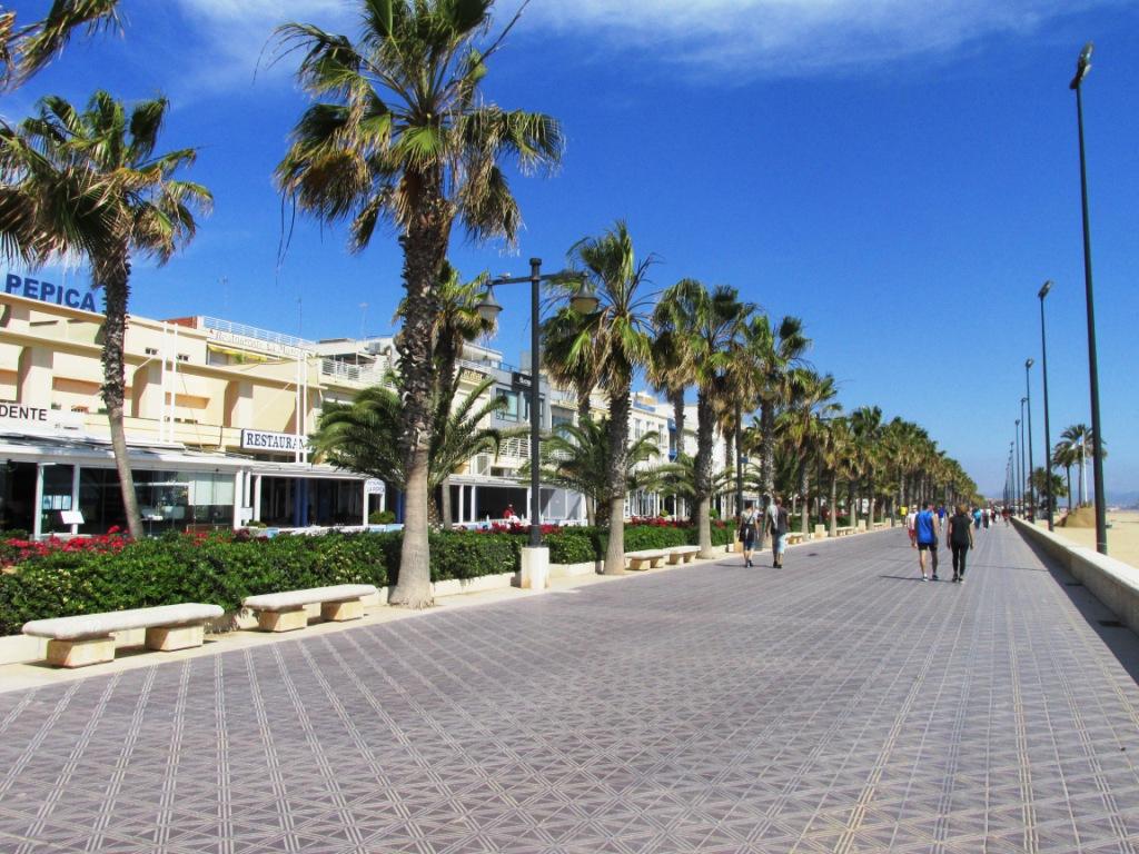 Mercadillo de verano disfrutar del paseo marítimo de Valencia