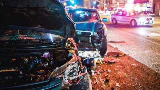 iki aracın çarpıştığı kazadan kurtulan insanlar
