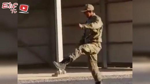 uygun adım yürüyemeyen asker