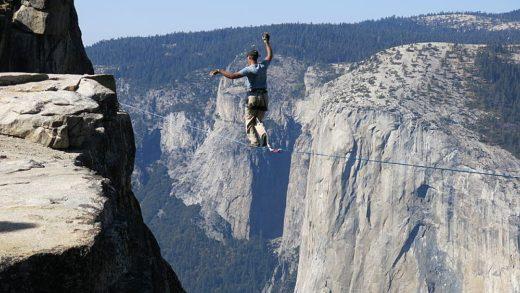 1000 metre yükseklikte ip üstünde yürüyen adam