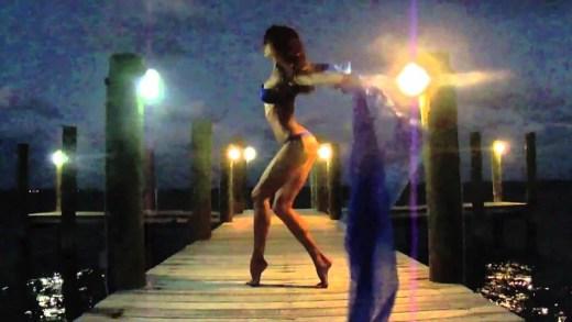 rus bbg'sinde iç çamaşırlı striptiz