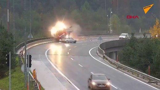 virajı dönemeyen aracın TIR'ı köprüden atması
