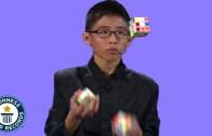 Hokkabazlık Yaparken 3 Rubik Küpünü Çözen Çocuk