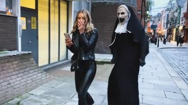 Rahibe Kılığındaki Adamdan Gençlere Unutulmayacak Şaka