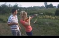 Silah Kullanmayı Beceremeyerek Güldüren Komik Kadınlar