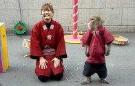 Tokyo Sokaklarında Yapılan Enfes Maymun Gösterisi