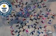 Rekor Sayıda İnsanla Yapılan Paraşütle Atlama Şovu