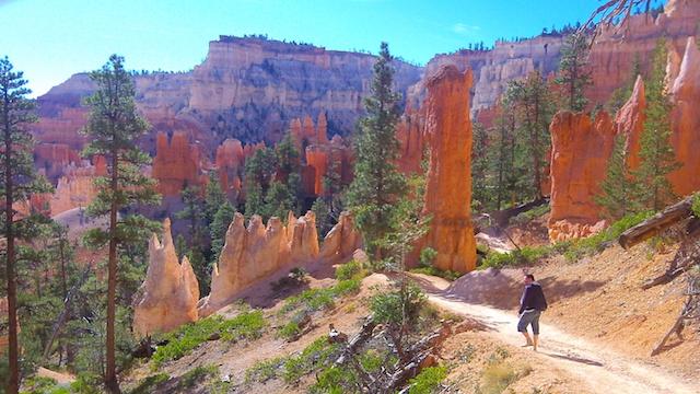 Chemin de randonnée dans le magnifique parc de Bryce Canyon photo blog voyage tour du monde https://yoytourdumonde.fr