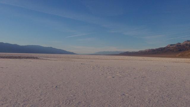 Une partie de la Vallée de la mort se trouve sous le niveau de la mer avec du sel à perte de vue. Photo blog voyage tour du monde https://yoytourdumonde.fr