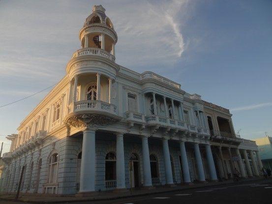 Magnifique bâtiment colonial à Cienfuegos à Cuba, ville inscrite à l'Unesco, photo blog voyage tour du monde https://yoytourdumonde.fr