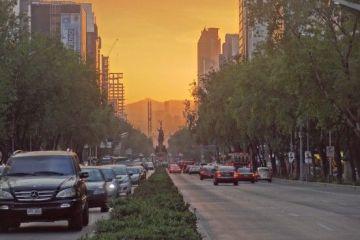Mexique-Mexico City: Photo prise lorsque le soleil se couché, la couleur orange provient du mélange soleil et pollution.