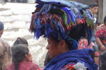 Une femme sur le marché de Chichicastenango au Guatemala le plus grand marché d'Amérique centrale photo blog voyage tour du monde travel https://yoytourdumonde.fr